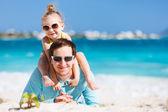 快乐的父亲和他可爱的小女儿在海滩上 — 图库照片