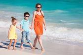 カリブ海のビーチで家族 — ストック写真