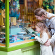 Mother and daughter looking at chocolate in shop — Stockfoto