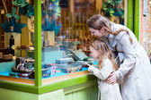 Mother and daughter looking at chocolate in shop — Stock fotografie
