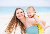 Anne ve kızı dışarıda eğleniyor — Stok fotoğraf