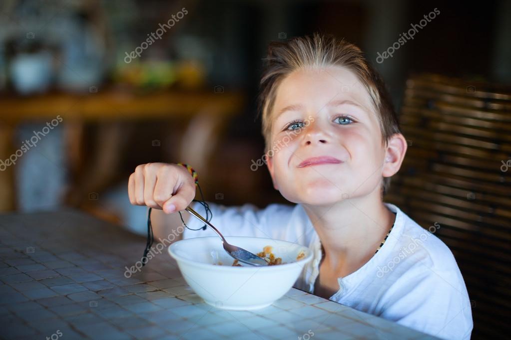 吃早饭的小男孩 — 图库照片08shalamov#30345543