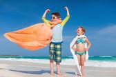 在海滩上的超级英雄播放 — 图库照片