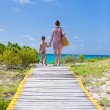 Mother and daughter walking to the beach — Stock Photo
