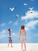 Kids and seabirds — Stock Photo
