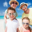 famille en vacances plage tropicale — Photo