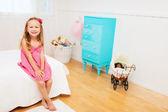 Onun odasına küçük kız — Stok fotoğraf