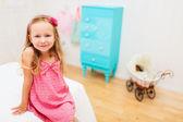 Lilla flickan i hennes rum — Stockfoto