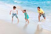 Pai e filhos na praia — Foto Stock