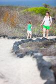 Matka i córka piesze wycieczki na wyspy galapagos — Zdjęcie stockowe