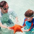 Family with starfish — Stock Photo