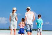 Familie wandelen op het strand — Zdjęcie stockowe