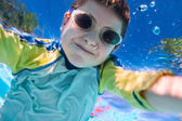 мальчик, плавающий под водой — Стоковое фото
