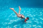 Niño nadando bajo el agua — Foto de Stock