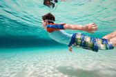 Pojke simma under vattnet — Stockfoto