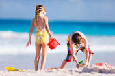 Duas crianças brincando com areia — Foto Stock