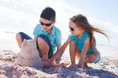двое детей, игры с песком — Стоковое фото