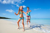 Happy kids dancing at beach — Stock fotografie
