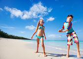 Happy kids dancing at beach — Stockfoto