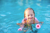 Little girl in a swimming pool — Stock Photo