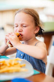 Little girl eating hot dog — Foto Stock