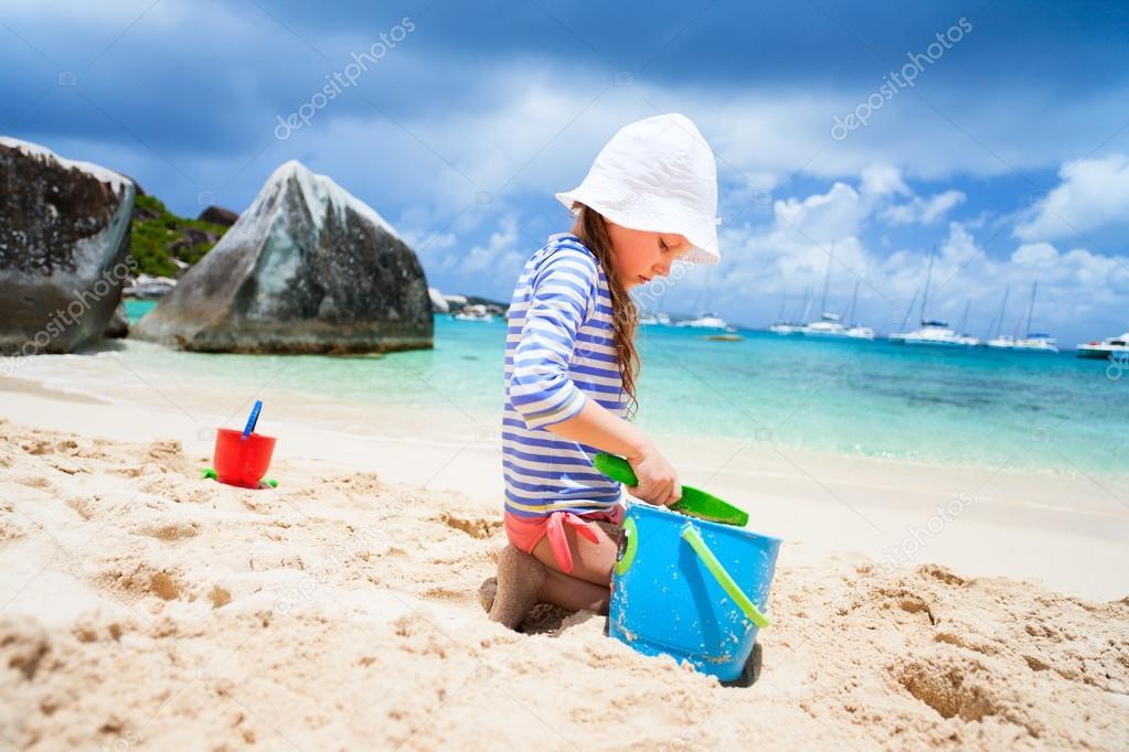 在海滩上的可爱小女孩