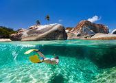 Woman snorkeling in tropical water — ストック写真