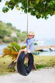 Holčička na pneumatiky swing — Stock fotografie