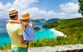 Family at Trunk bay on St John island — Stockfoto
