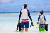 Father and son go snorkeling — Stock Photo
