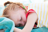 Adorable little girl at beach sleeping — Stockfoto