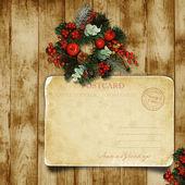 与圣诞明信片的木头门上的圣诞花环 — 图库照片