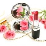 Roze rozen en lippenstift — Stockfoto