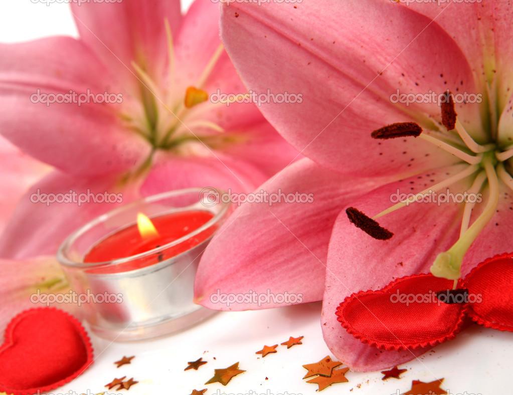 粉红色的百合花和蜡烛 - 图库图片
