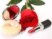 猩红色玫瑰和口红 — 图库照片