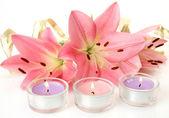 Růžová lilie a svíčky — Stock fotografie