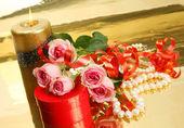 ピンクのバラと真珠 — ストック写真