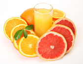 Ripe oranges and juice for a healthy feed — Stock Photo