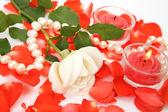 Pétalos de rosas y velas — Foto de Stock