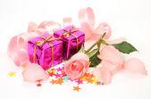Doos met een geschenk en rose — Stockfoto