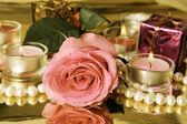 粉红色的玫瑰和蜡烛 — 图库照片