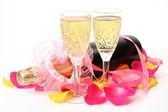 Vin och kronblad av rosor — Stockfoto