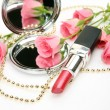 Lipstick and pink roses — Stockfoto