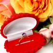 Gold ring and roses — Stockfoto