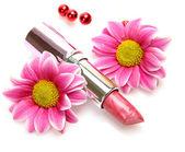 Розовая помада и цветы — Стоковое фото