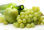Fresh green grape and apples — Stockfoto