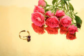 Gold ring and roses — Stock Photo