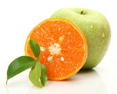 Ripe orange and green apple — 图库照片