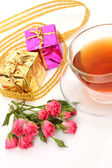 Tea in a mug and roses — Stockfoto