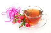 Tea in a mug and roses — Stock Photo